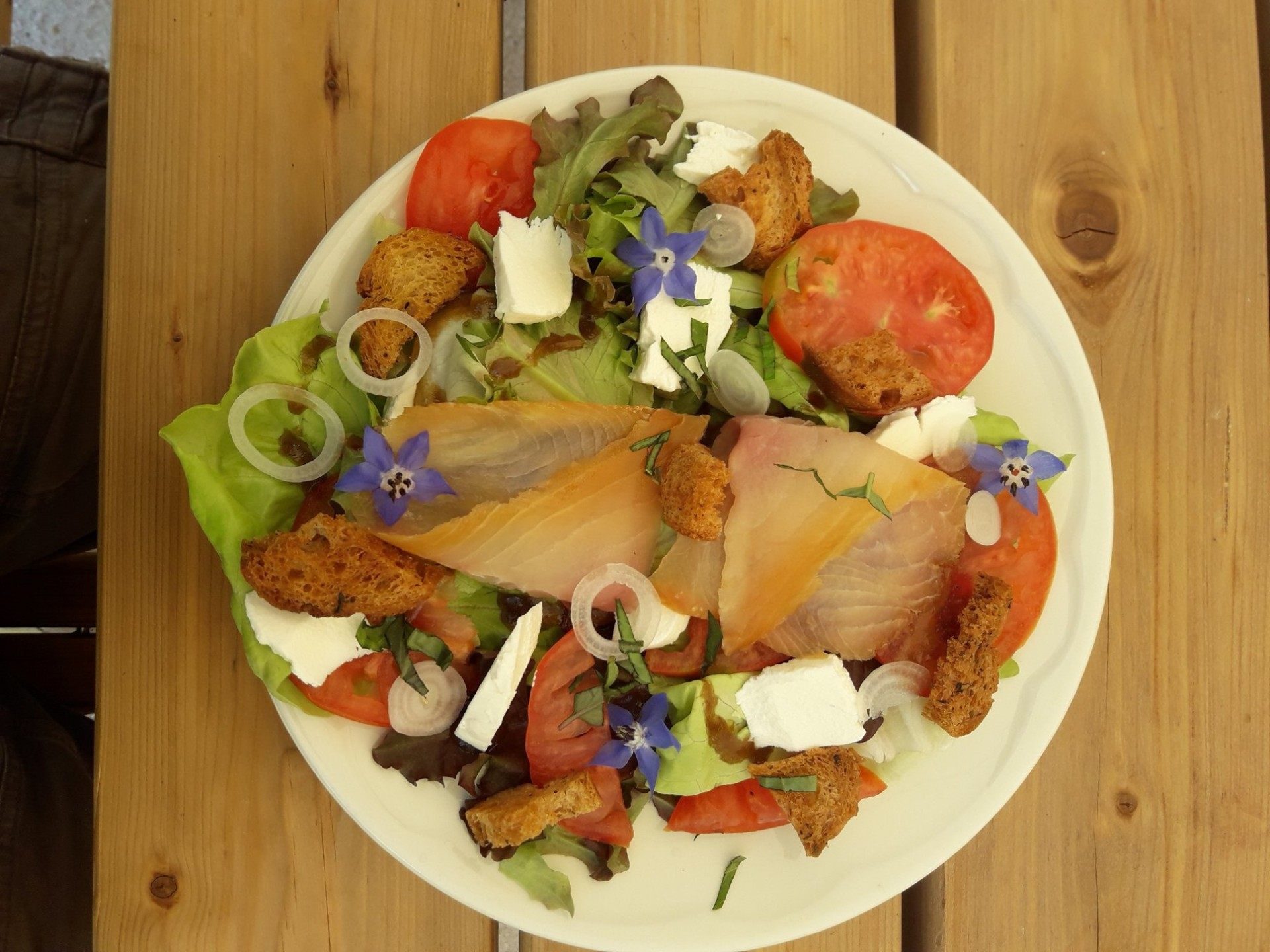 salade à la truite fumée et chèvre frais